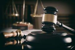 Dworski młoteczek, skala sprawiedliwość, prawo temat zdjęcie stock