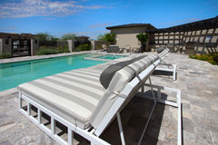 Dworu placu domowy plenerowy patio i basen zdjęcie royalty free