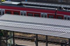dworzec tropi pociągi i infrastrukturę od odgórnego widoku obrazy royalty free