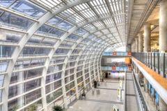 Dworzec z poruszającymi pasażerami obraz royalty free