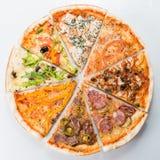 Dwuczłonowa pizza od plasterków różne włoskie pizze obrazy stock