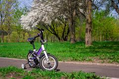 Dwukołowy purpura rower z dodatek strony kołami zdjęcie royalty free