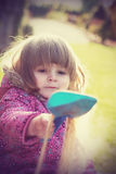 Dwuletnia dziewczyna bawić się i uczy się w preschool Obrazy Stock