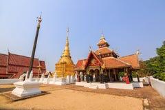 Dwunawowy kształtny pawilon i złota Buddyjska pagoda Zdjęcia Royalty Free