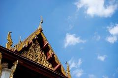 Dwuokapowa drewniana tajlandzka świątynna niebieskie niebo chmura obrazy stock