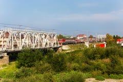 Dwupiętrowy pociąg RZD przechodzi przez kurortu Lazarevskoe wewnątrz Zdjęcia Royalty Free