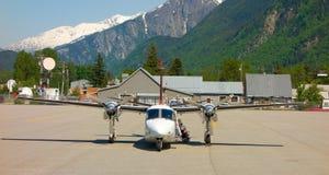 Dwusilnikowy samolot używać dla wycieczek turysycznych w Alaska Zdjęcia Stock