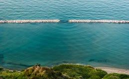 Dyfrakcja macha w morzu widzieć wzdłuż linii brzegowej blisko Pesaro Zdjęcia Royalty Free