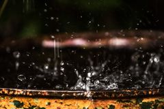 Dyfundowanie woda Gdy deszcz uderza Powodować figuratywny unexplainable zdjęcia stock