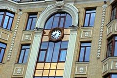 Dygnetrunt- på fasaden av en modern byggnad med fönster Arkivfoto