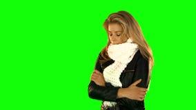 Dygotliwa ładna kobieta z zimą odziewa zdjęcie wideo
