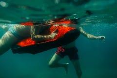 Dyk för man för undervattens- sparkcykelseabob oidentifierad royaltyfri fotografi
