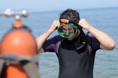 dyk som förbereder scubaen Arkivbild