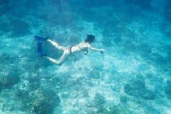Dyka för kvinnor som är undervattens- i det Andaman havet Royaltyfria Bilder