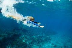 Dyka för ung kvinna som är undervattens- royaltyfri fotografi
