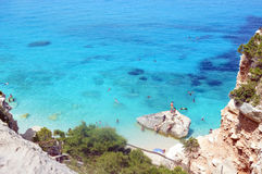 Dyka i havet av Sardinia, sommarsemester i Italien Royaltyfri Foto