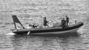 Dyka vid dyk på det infiatable fartyget arkivfoto