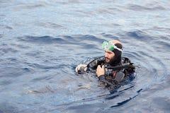 Dykapparatdykning för ung man Fotografering för Bildbyråer