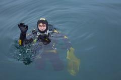dykare ger det ok scubatecknet Royaltyfri Foto