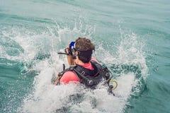 Dykare hoppar i havet för att starta att dyka arkivbild
