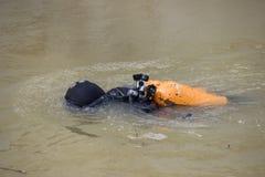 Dykare, i att ta bort för för dykningdräkt och maskering Fotografering för Bildbyråer