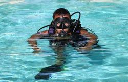 Dykare med maskeringen och regulatorn Royaltyfria Bilder