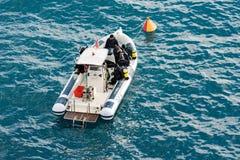 Dykare på ett fartyg - som är klart för dyken arkivfoto