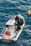 Dykare på ett fartyg - som är klart för dyken royaltyfria bilder