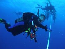 Dykare på ett säkerhetsstopp Royaltyfria Bilder