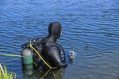 Dykare skrivande in sjö Royaltyfri Fotografi