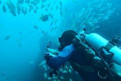 Dykare som antecknar den undervattens- videoen Arkivfoton