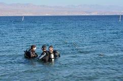 Dykare som dyker i Coral Beach Nature Reserve i Eilat, Israel Fotografering för Bildbyråer