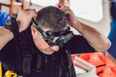Dykare som förbereder sig att dyka in i havet royaltyfria foton