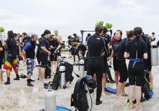 Dykare som förbereder sig att dyka, Koh Nanguan, Thailand Fotografering för Bildbyråer