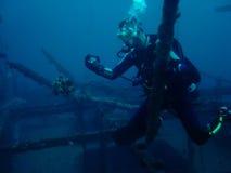 dykarefiskgroda som fotograferar scubaen arkivbild