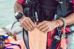 Dykaren förbereder hans utrustning för att dyka i havet royaltyfria foton