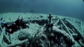 Dykarevideographer nära grav med den arga underwaterinFernsteinsee sjön Tyrol lager videofilmer