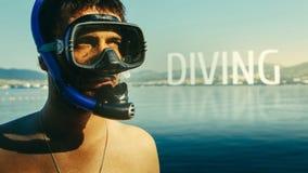 Dykning, inskrift på bakgrunden av en stående av en dykare med en maskering och snorkel Begreppet av freediving, turism och traen Royaltyfria Foton