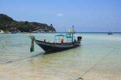 Dykningfartyg tar turister till Fotografering för Bildbyråer