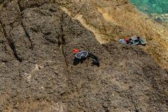 Dykningkugghjul på stranden Arkivfoto