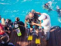 Dykningutbildning Instruktören förklarar säkerhetsreglerna Arkivfoton