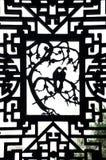 Dykt snida på ett utsmyckat träfönster på den Yuyuan trädgården, Shanghai arkivbild