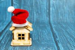 Dykta dom w czerwonej nakrętce fotografia royalty free