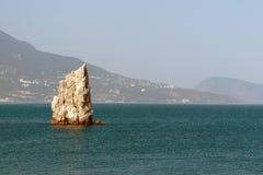Dymówki gniazdują, osamotniony cypel w czarnym morzu, widok na Yalta Fotografia Royalty Free