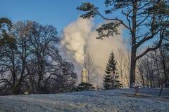 Dym i kontrpara od papierowej fabryki Obrazy Royalty Free