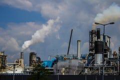 Dym od drymby roślina emisja szkodliwi gazy w atmosferę, szklarniany efekt Obrazy Royalty Free