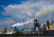 Dym od drymby roślina emisja szkodliwi gazy w atmosferę, szklarniany efekt Obrazy Stock