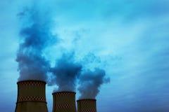 Dym od dwa przemysłowych kominów globalne ocieplenie Zanieczyszczenie powietrza Obraz Stock