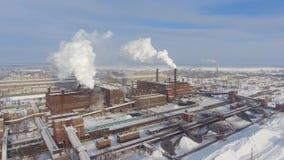 Dym od fabrycznych kominów zanieczyszcza lotniczego widok z lotu ptaka zbiory wideo