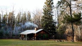 Dym od graby wzrasta od kominu wygodna nieociosana kabina w drewnach zbiory wideo
